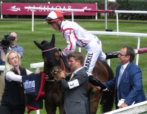 Alan King helps Tom Marquand to board Scarlet Dragon