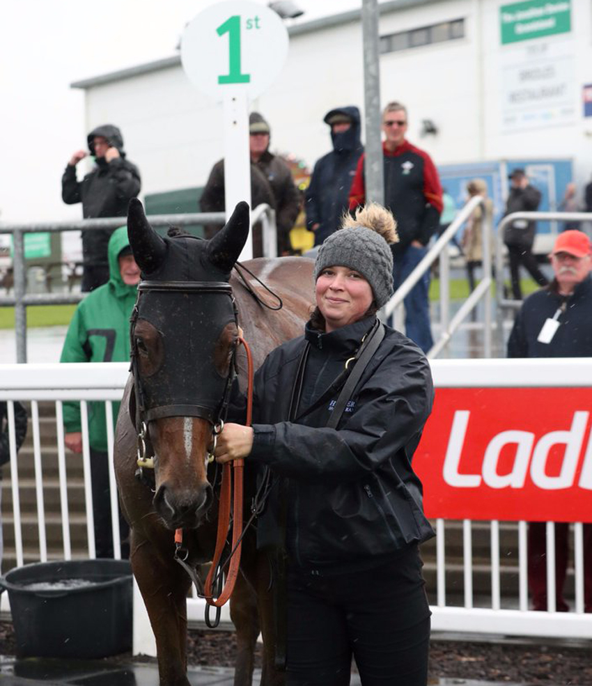 Emma Lavelle Racing's Laura Scrivener with wet but victorious Woolstone One (Photo from @FfosLasRC)
