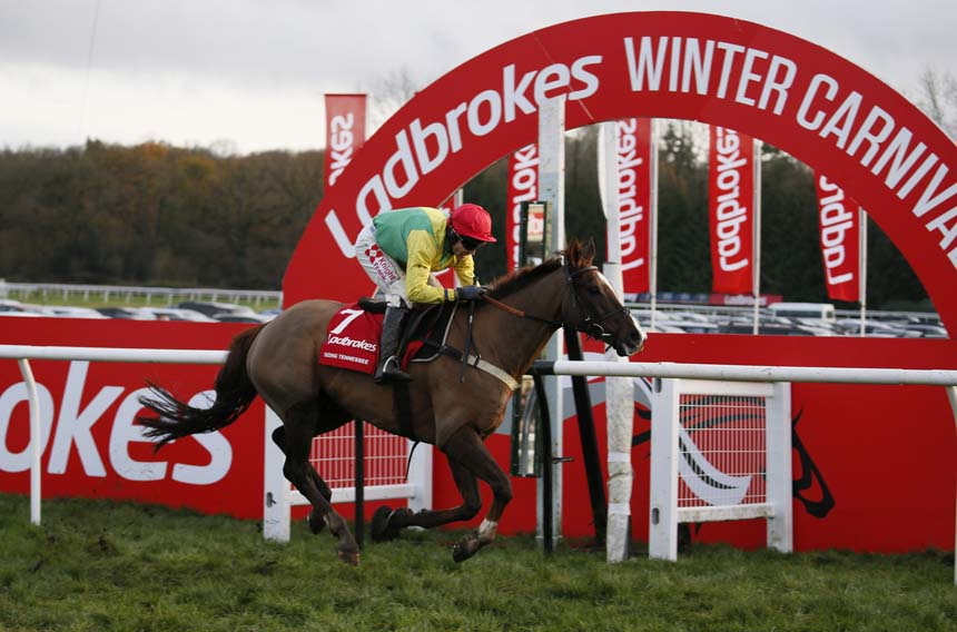 Sizing Tennessee - with Tom Scudamore aboard - winning the 2018 Ladbrokes Trophy